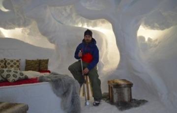 Ghiacciaio Presena: l'artista Ivan Mariotti ha realizzato tre eleganti stanze-igloo